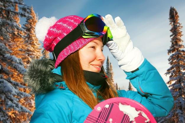 Snowboard girl sports d'hiver station de montagne