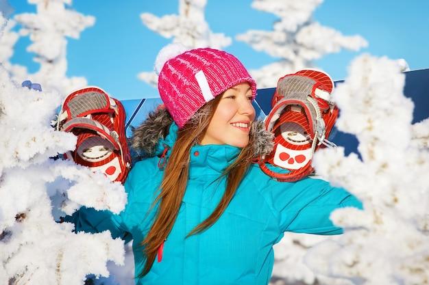 Snowboard girl station de ski d'hiver
