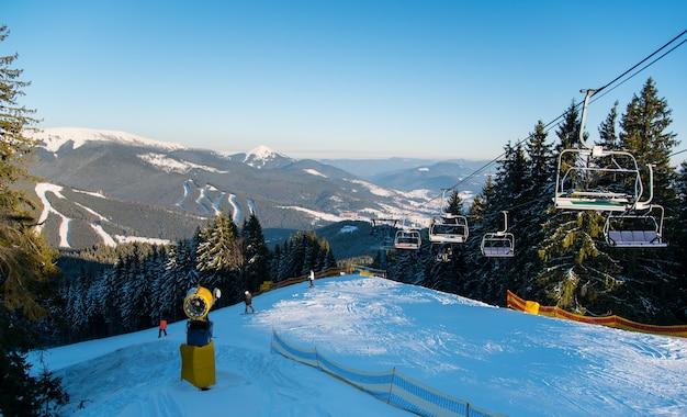 Snowboarder en haut de la pente en soirée d'hiver