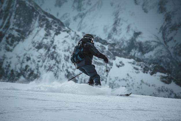 Snowboarder homme roule sur la pente. station de ski. espace pour le texte
