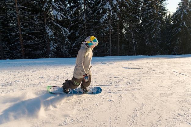 Snowboarder professionnel à cheval dans les montagnes