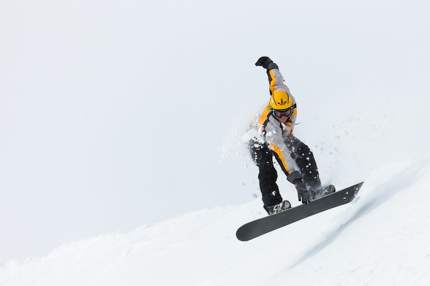 Snowboarder sautant