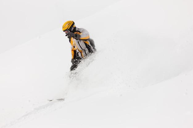 Snowboarder, ski alpin, descente