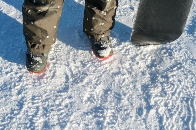 Snowboarder avec support de snowboard sur piste de ski en hiver