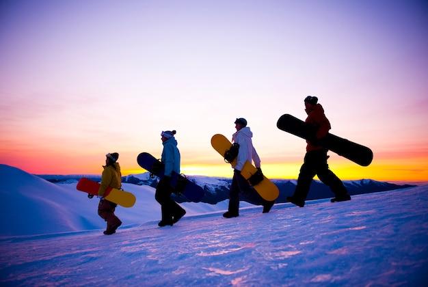 Snowboarders sur une montagne
