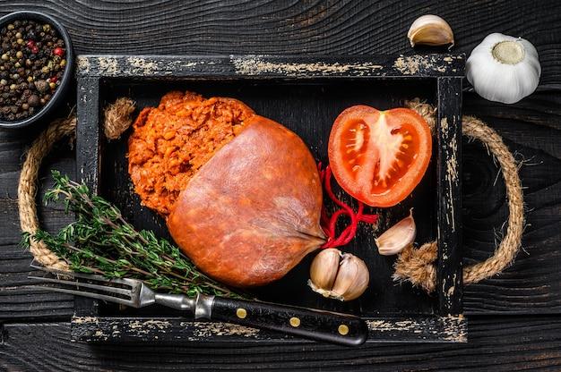Sobrassada de majorque saucisse de viande de porc séchée dans un plateau en bois