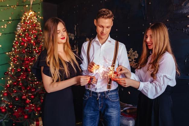 La société célèbre la nouvelle année avec des lumières du bengale