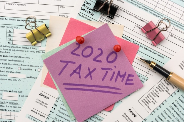 Société fiscale 2020. autocollants colorés avec rappel au formulaire d'impôt 1040 close up