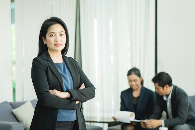 Société de gestion sourit jeune femme d'affaires