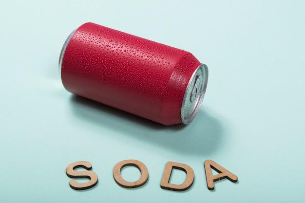 Soda en aluminium coloré peut gros plan