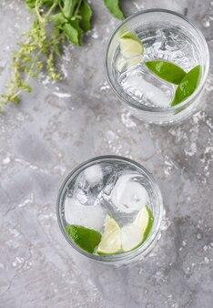 Soda au citron vert sur bois