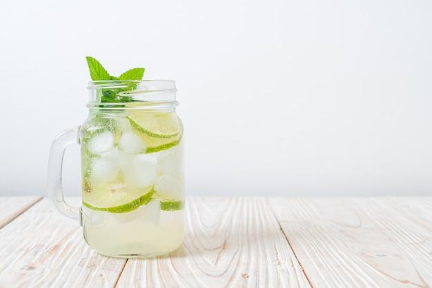 Soda au citron vert glacé à la menthe - boisson rafraîchissante