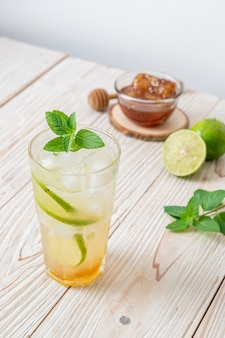 Soda au miel glacé et citron vert à la menthe - boisson rafraîchissante