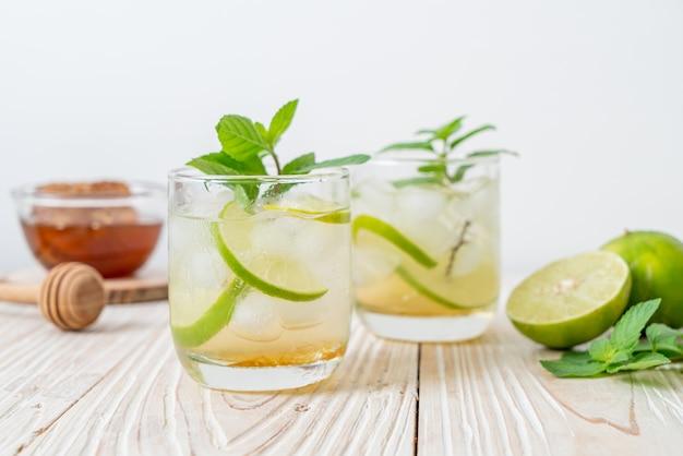 Soda au miel glacé et citron vert à la menthe. boisson rafraîchissante
