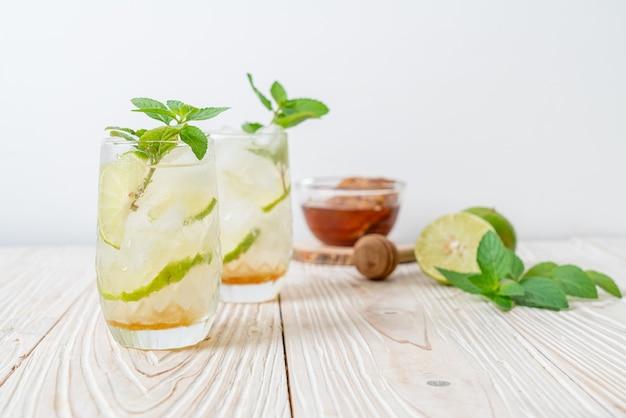 Soda au miel glacé et citron vert à la menthe