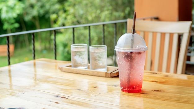 Soda aux fruits mélangés sur une table en bois.