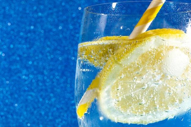 Soda sur bleu brillant h