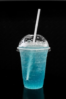 Soda bleu italien avec fond isolé noir