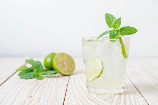 Soda citron vert glacé à la menthe