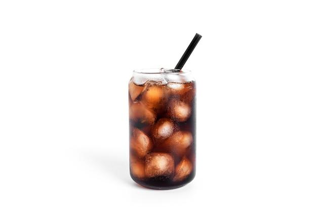 Soda avec de la glace dans un verre transparent isolé sur blanc.