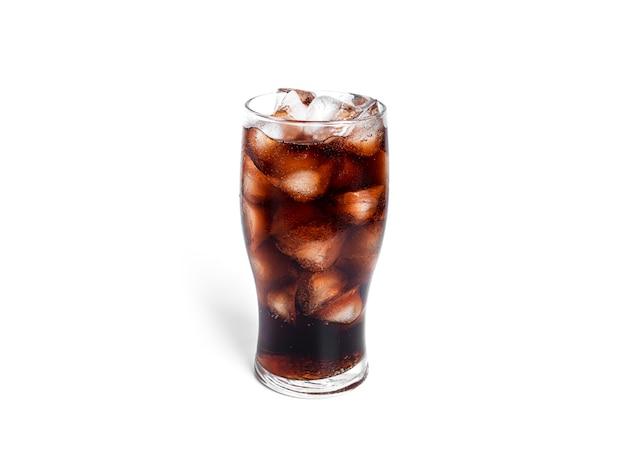 Soda avec de la glace dans un verre transparent isolé sur fond blanc. photo de haute qualité