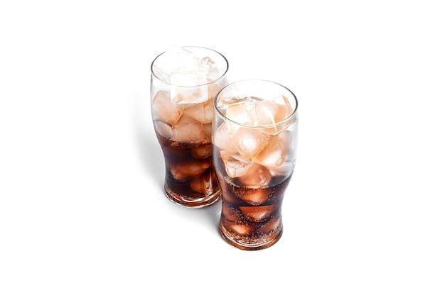 Soda avec de la glace dans des verres transparents isolés sur fond blanc. photo de haute qualité