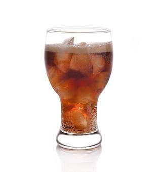 Soda noir en verre sur blanc