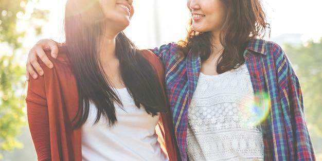 Soeur amitié embrassant adorable, dehors, concept