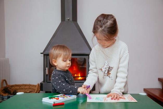 Sœur apprenant à son frère à peindre