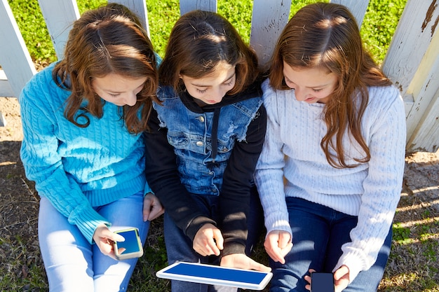 Soeur filles amis s'amusant avec la technologie