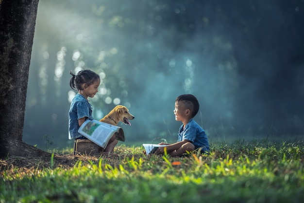 Soeur prenant des cours de tutorat avec son frère à l'extérieur