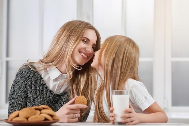 Sœurs aînées et plus jeunes qui mangent des biscuits.