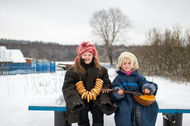 Sœurs assis sur un banc avec balalaïka