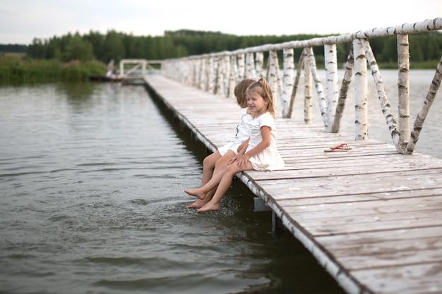 Sœurs coups de pied sur le lac, enfance, ton clair