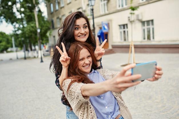 Sœurs faisant selfie