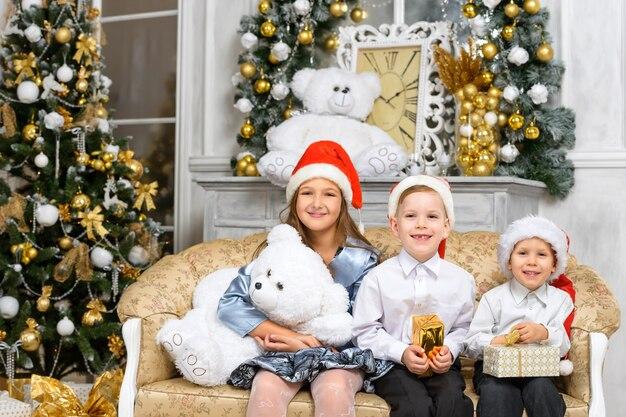 Sœurs et frères avec des coffrets cadeaux de noël