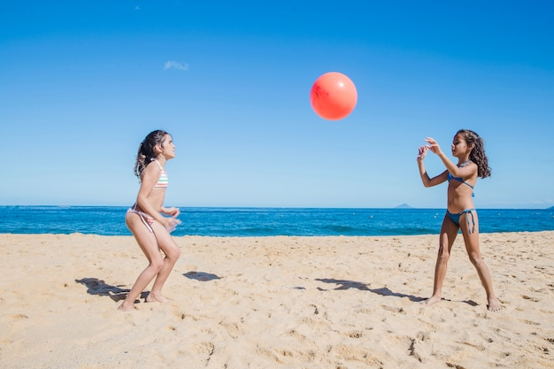 Sœurs jouant au volley