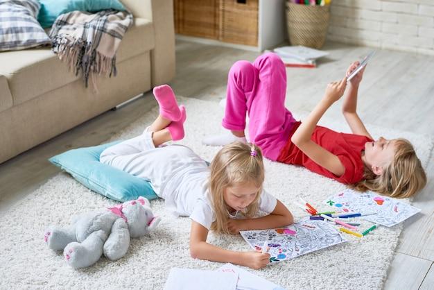 Sœurs jouant à la maison
