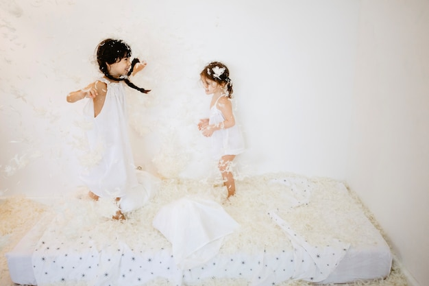 Sœurs sautant sur le matelas