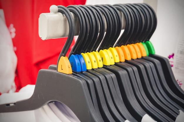 Soft et sélectionnez focus pour gros plan sur les vêtements de détail avec la taille dans la boutique.