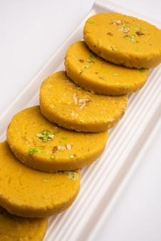 Sohan halwa ou halva, recette sucrée populaire d'ajmer, en inde. servi dans une assiette