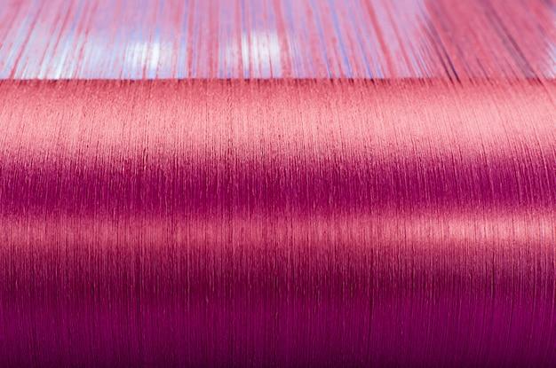 Soie verte sur un métier à tisser d'une usine textile