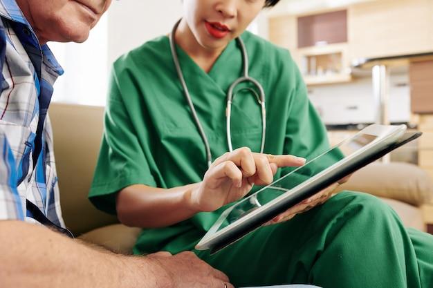 Un soignant expliquant au patient comment utiliser l'application de santé