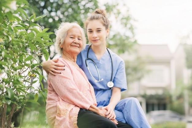 Une soignante qui réconforte et soigne ses patients âgés