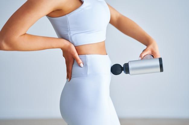 Soin du corps. traitement de spa. traitement de remodelage corporel par cavitation par ultrasons. femme recevant une thérapie anti-cellulite et anti-graisse sur fond clair