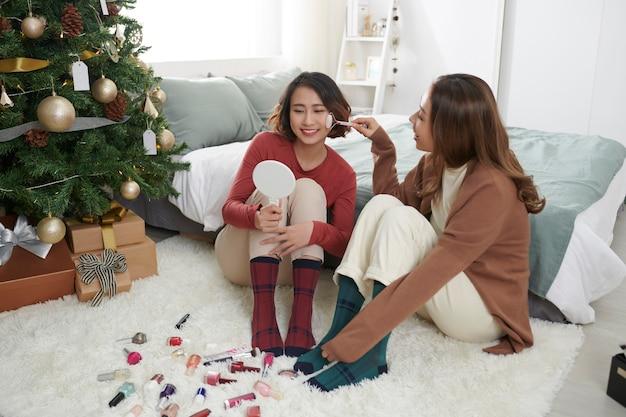Soin Du Visage De Deux Filles Avec Appareil De Massage Photo Premium