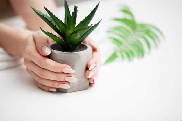 Soin des ongles, femme montre une nouvelle manucure faite dans un studio de beauté