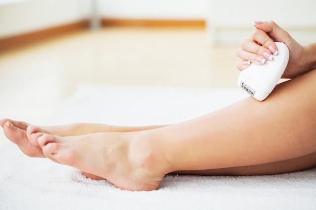 Soin de la peau. femme, rasage, jambes, salle bains