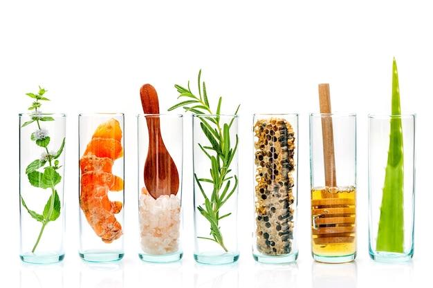 Soin de la peau maison avec des ingrédients naturels mis en place sur un fond en bois blanc.