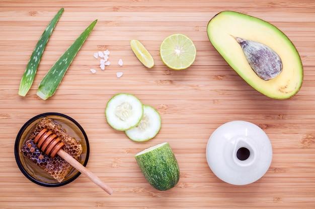 Soin de la peau maison avec des ingrédients naturels mis en place sur un fond en bois.